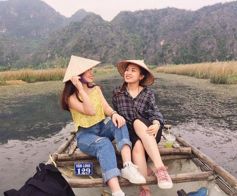 2 bạn gái đi thuyền trên đầm Vân Long