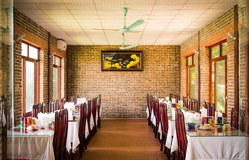 Không gian ấm cúng bên trong nhà hàng Hoàng Giang
