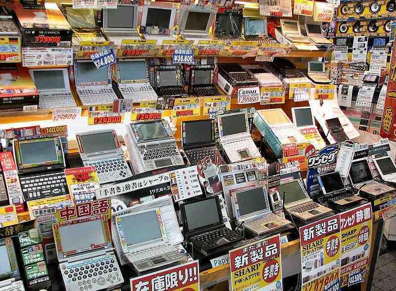 Mặt hàng thiết bị điện tử được bày bán