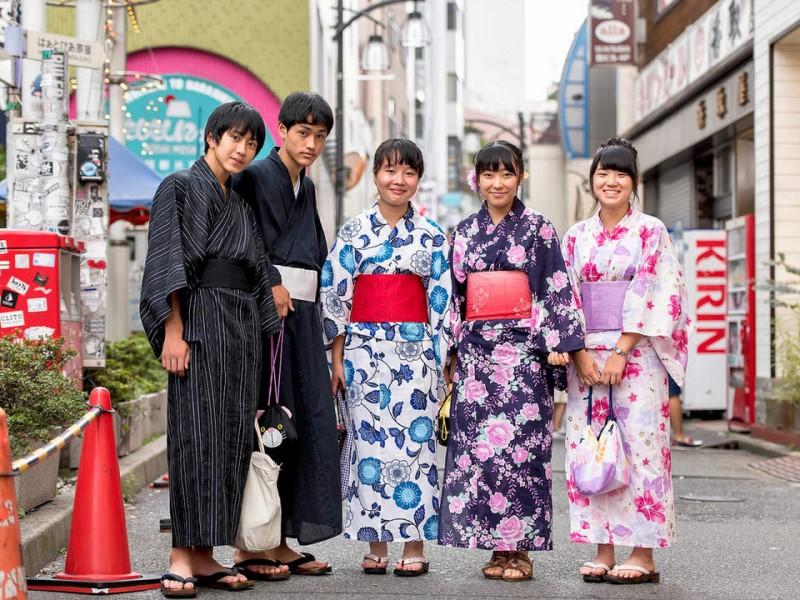 Các bạn trẻ diện kimono truyền thống của Nhật Bản