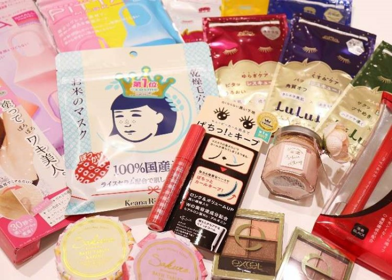 Các mặt hàng mỹ phẩm như mặt nạ, mascara, bảng màu mắt