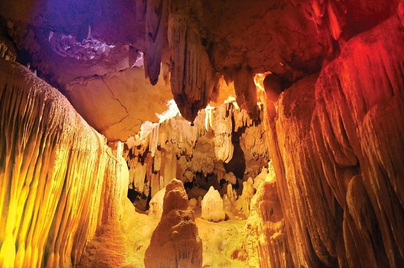 Những hang động thạch nhũ nhiều màu tại Thung Nham