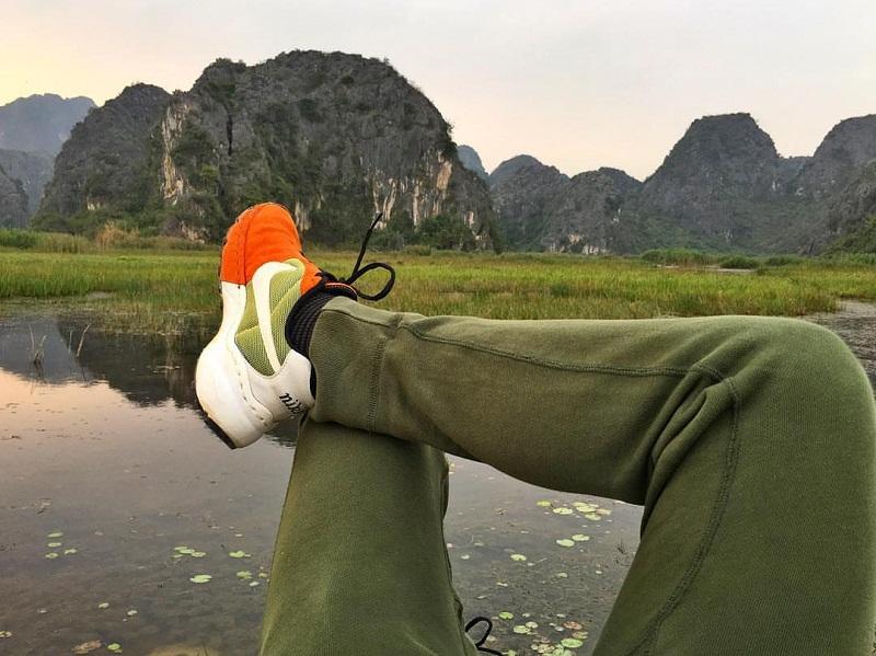 Những khối núi đá vôi tuyệt đẹp uốn lượn bên lòng hồ