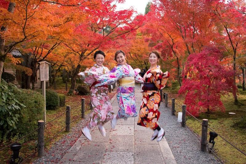 Các thiếu nữ Nhật mặc kimono trong công viên lá phong đỏ
