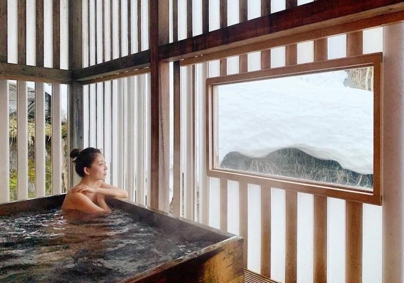 Cô gái đang tắm onsen