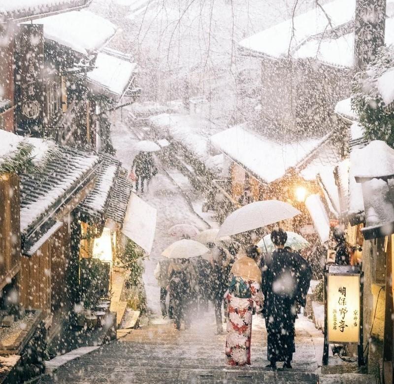 Mùa đông ngập tràn tuyết rơi trên đường phố Nhật