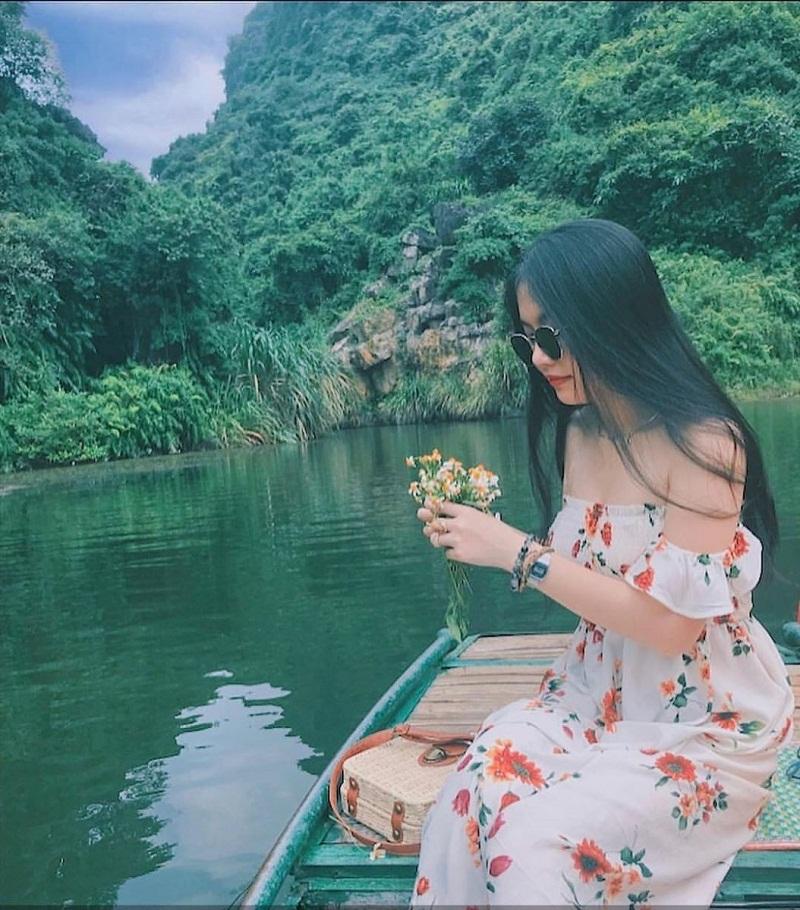 Đi thuyền ngắm cảnh núi non tại Ninh Bình