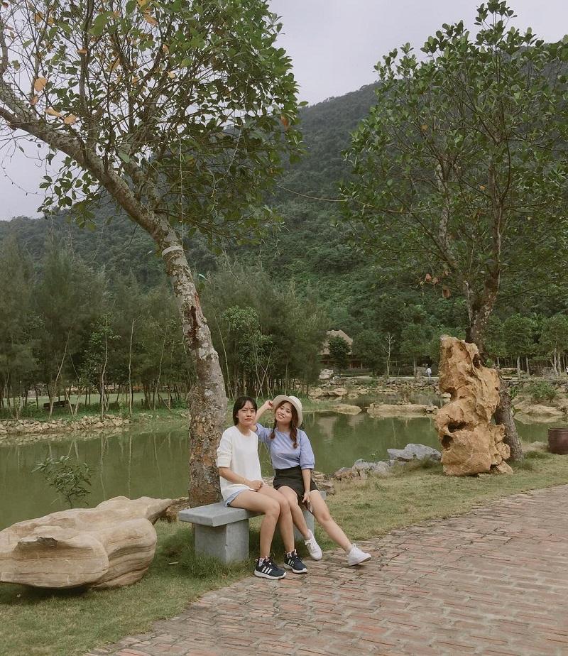 2 bạn gái đang ngồi trên ghế đá trong khu vườn Thung Nham