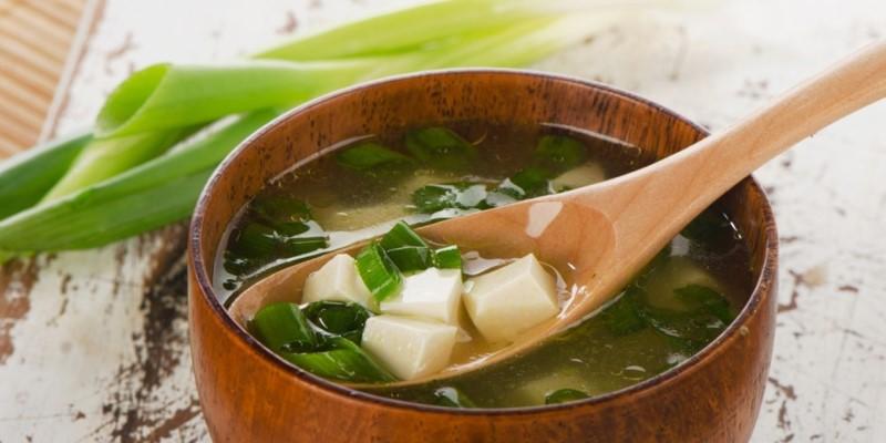 Món súp miso hành lá, rong biển wakame, và đậu hũ cứng