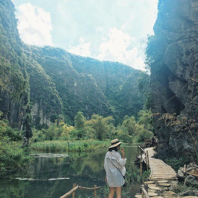 Homestay Ninh Bình nằm ngay dưới sườn núi