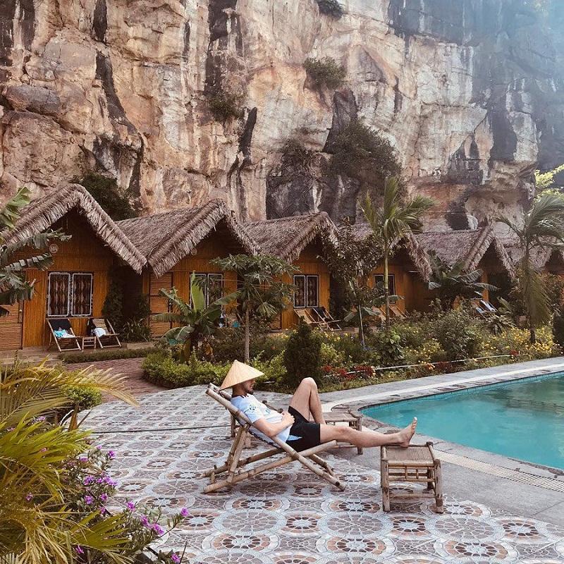 Những căn bungalow ngay dưới chân núi có hồ bơi