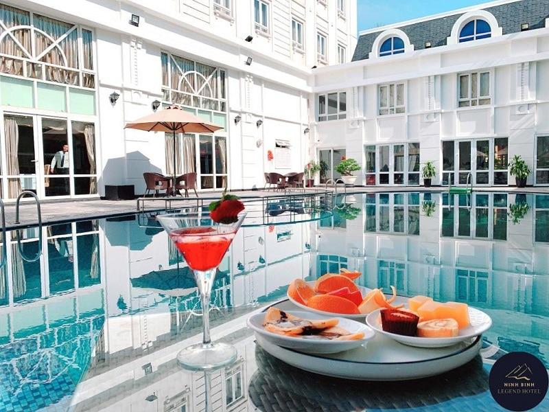 Khuôn viên khách sạn có hồ bơi tại Ninh Bình