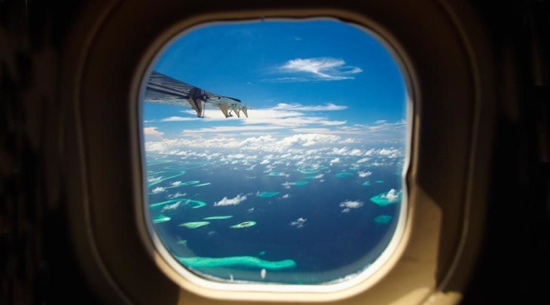 Bầu trời qua ô cửa máy bay