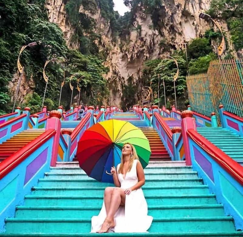 Những bậc thang màu sắc hướng lên vách núi