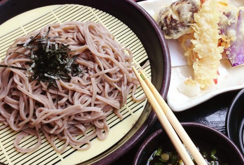 Mì soba ăn kèm với nước tương hành lá, rong biển, và mù tạt