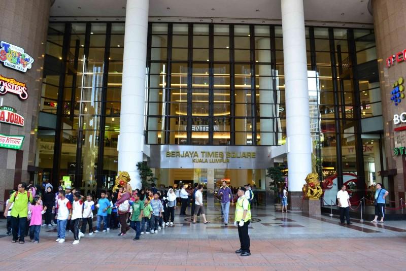 Sảnh lớn tại quầy dịch vụ trao đổi tiền tại Malaysia
