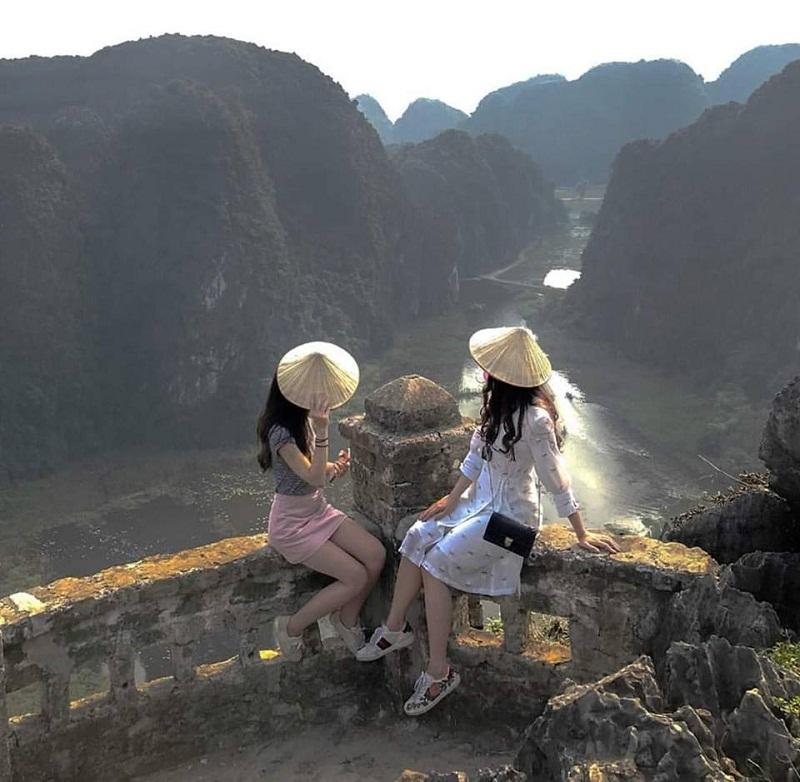 2 cô gái đội nón ngắm nhìn dãy núi Múa điệp trùng
