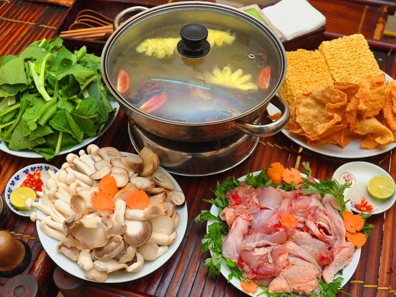 Món lẩu dê ăn kèm với rau, nấm và mì tôm