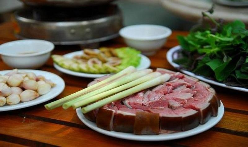 Những miếng thịt dê tươi ngon ăn lẩu cùng với sả