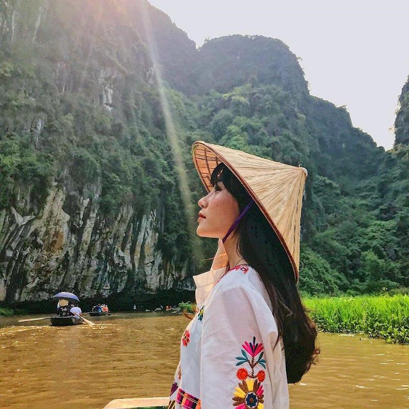 Đi thuyền khám phá các hang động tại Tam Cốc Ninh Bình
