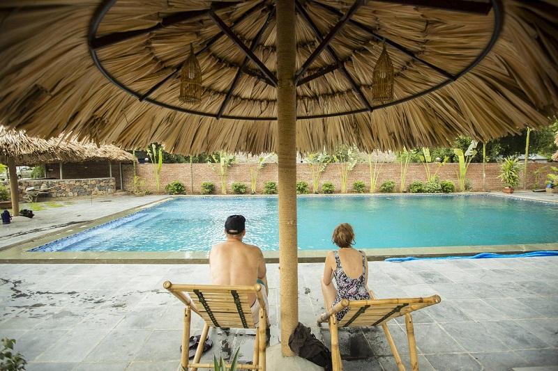 Khu vực hồ bơi để du khách thư giãn tại Tam Cốc Rice Fields Resort