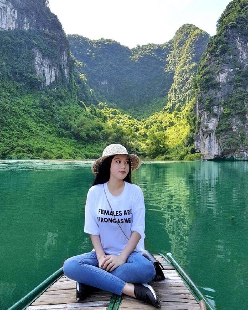 Đi thuyền trên mặt sông trong xanh tại Tam Cốc Bích Động Ninh Bình