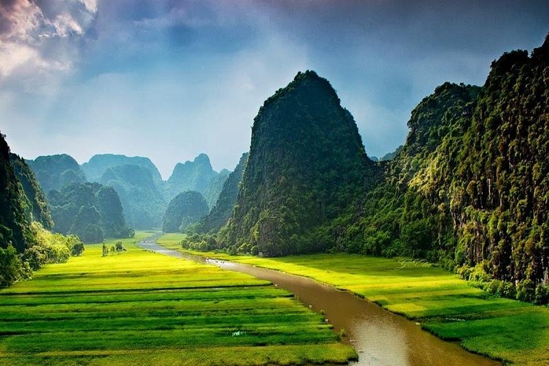 Thung Nắng Ninh Bình với những cánh đồng lúa chín trải dài cùng núi đá vôi