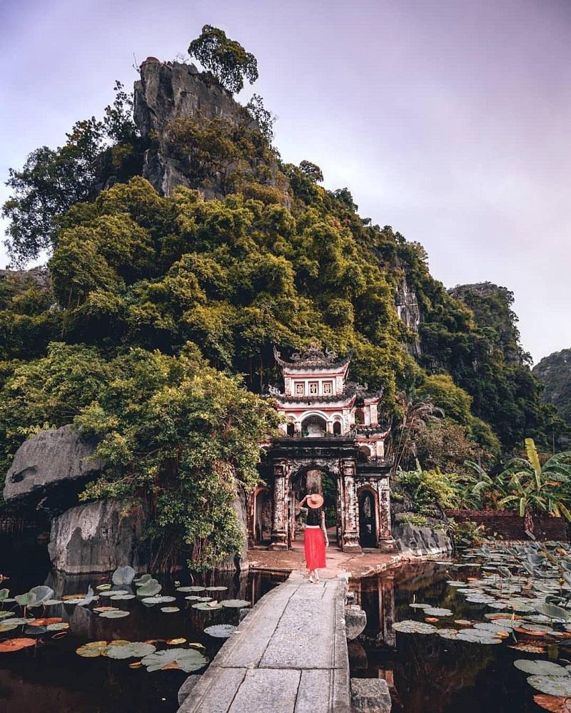 Đền thờ Thoong Nắng giữa khung cảnh núi non mây ngàn