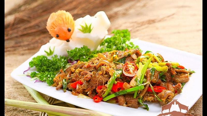 Đĩa thịt dê núi được bài trí hấp dẫn thơm ngon trên đĩa