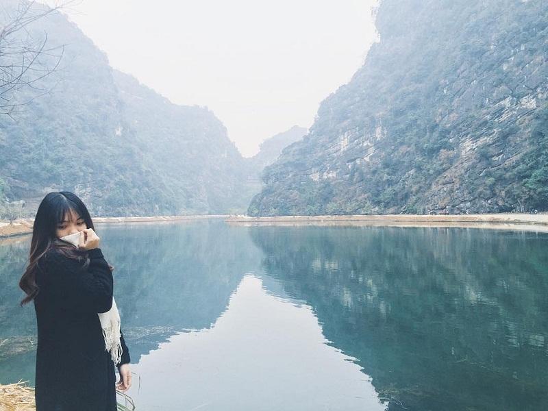 Hồ nước trong vắt uốn lượn dưới chân núi