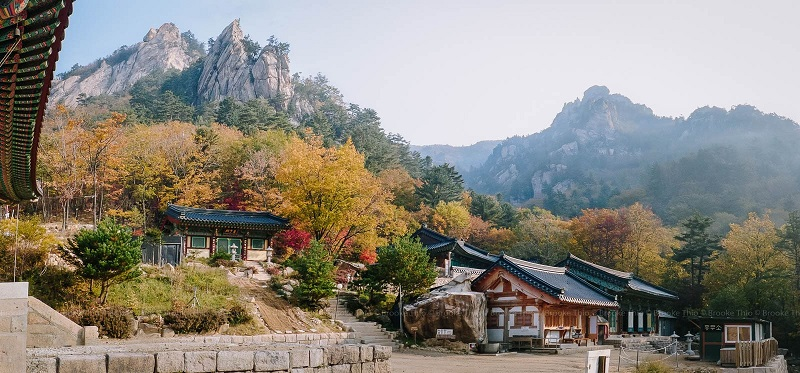 Công viên quốc gia Seoraksan được bao quanh bởi những dãy núi