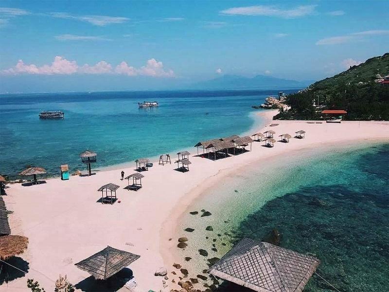Bãi biển trong xanh tại Nha Trang