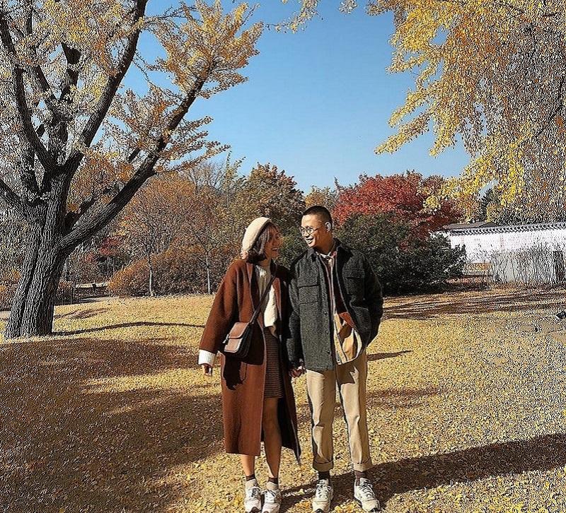 2 người check in tại khu vườn lá vàng