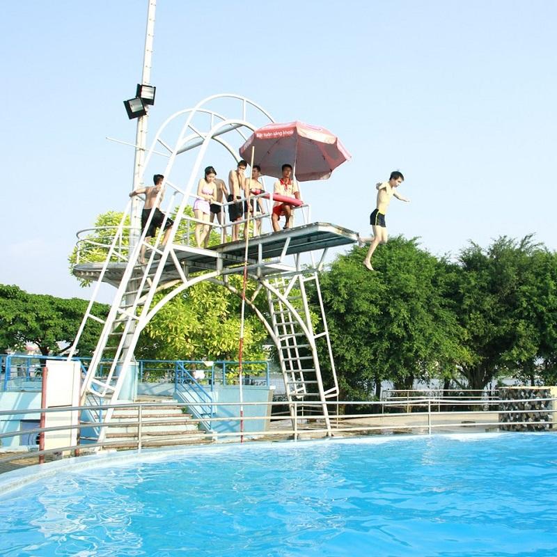 Trò chơi nhảy hồ bơi tại công viên nước hồ tây