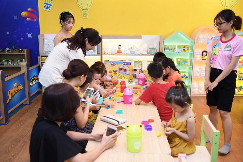 Các bé nhỏ tham gia vui chơi dưới sự hướng dẫn của phụ huynh và nhân viên khu vui chơi