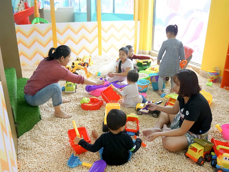 Các bé chơi xúc cát tại Tomato Kid - Trí Đức Books