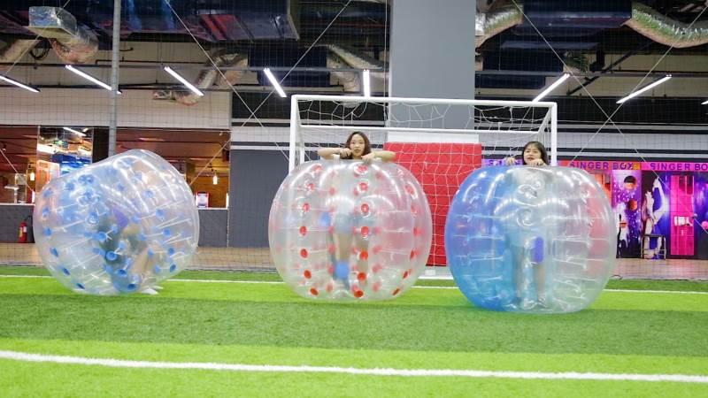 Tham gia trò chơi bóng lăn ở khu vui chơi