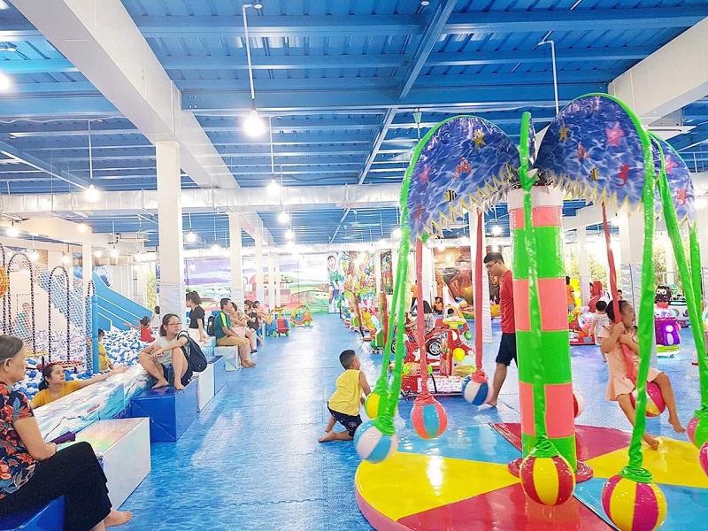 Khu vui chơi rộng rãi các bậc phụ huynh có thể tham gia vui chơi cùng con em của mình