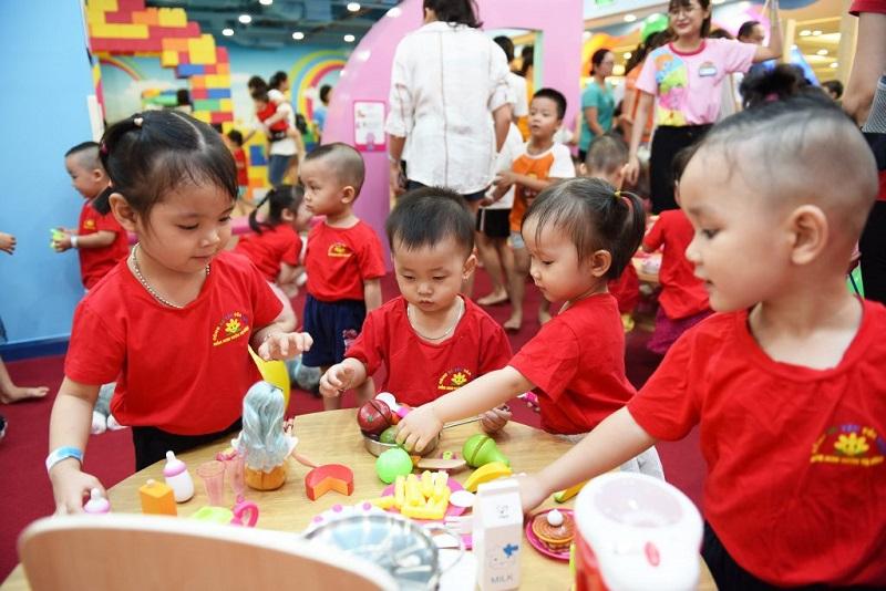 Các bé nhỏ say sưa chơi đồ hàng tại TiNiworld