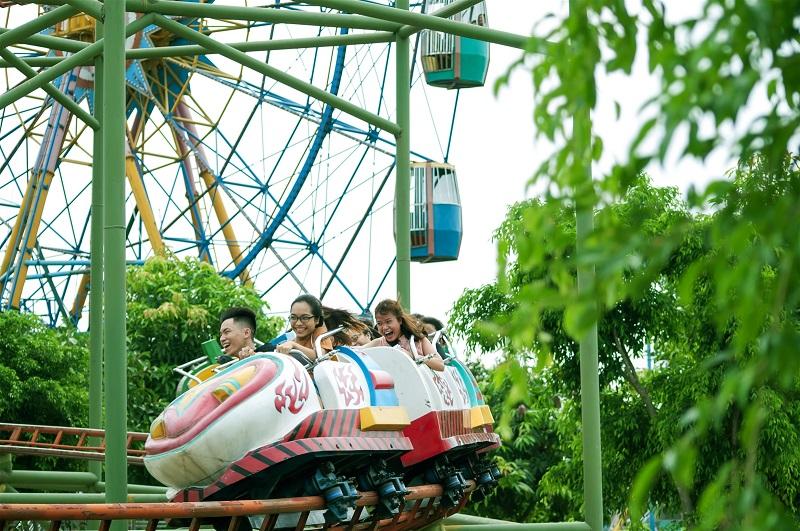 Các bạn trẻ chơi tàu lượn tại khu đu lịch sinh thái Ao Vua