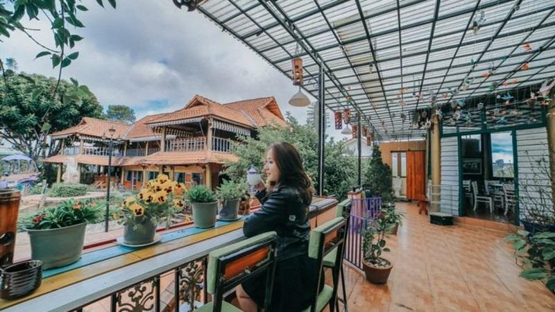 Không gian sân vườn Memory Villa như một khu vườn cổ tích nhỏ xinh.