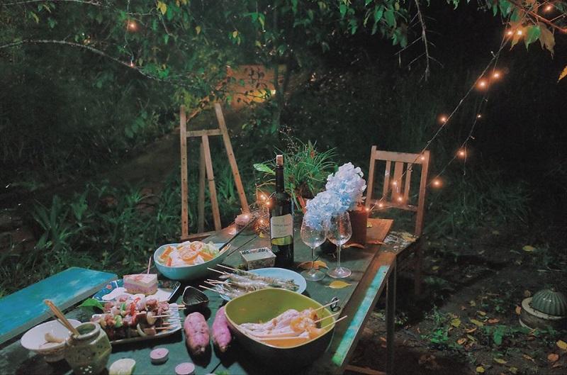 Bàn ăn xinh xắn trong khu vườn ở Le Bleu Đà Lạt