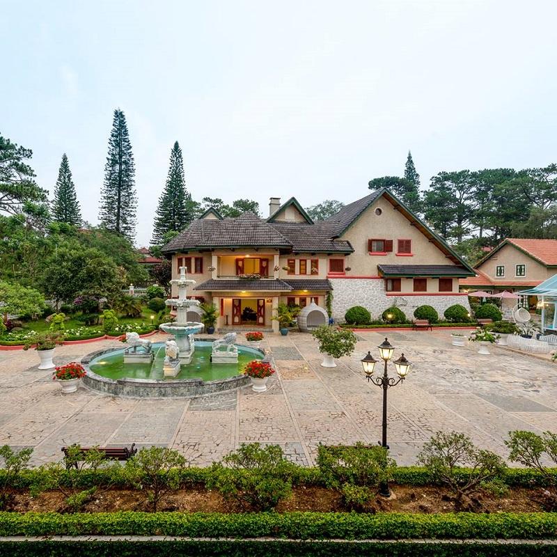 Khoảng sân ở Monet Garden cổ điển như một ngôi nhà trong cổ tích.