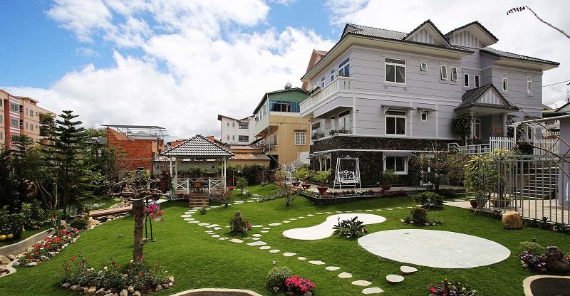 Khuôn viên vườn giống như một công viên thu nhỏ ở Bạch Dương Villa