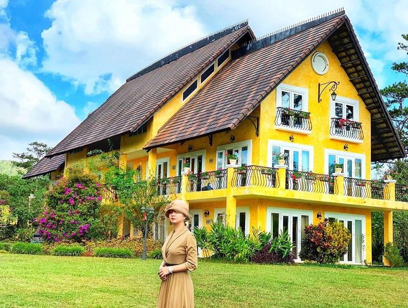 Bình An Village Dalat Resort nổi bật với màu vàng đặc trưng
