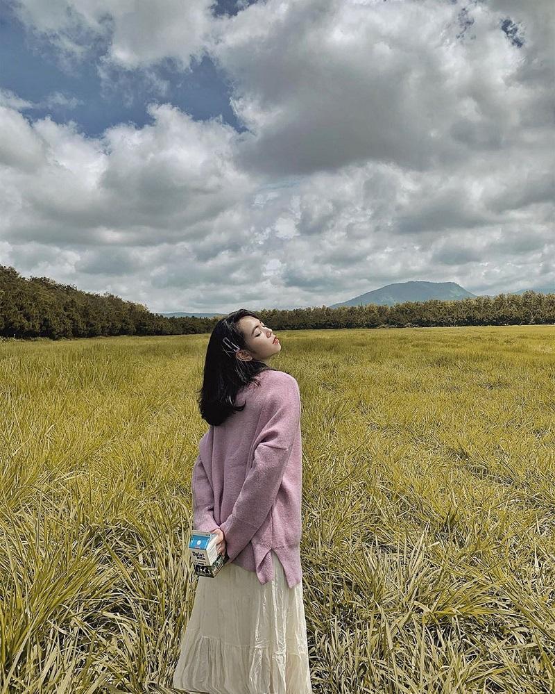 Áo len và chân váy midi dài sẽ giúp các nàng dịu dàng, thướt tha hơn khi chụp hình ở Đà Lạt.