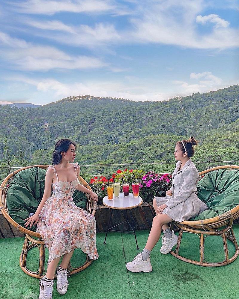 View nhìn ra đồi thông cực đẹp ở Horizon Coffee Đà Lạt
