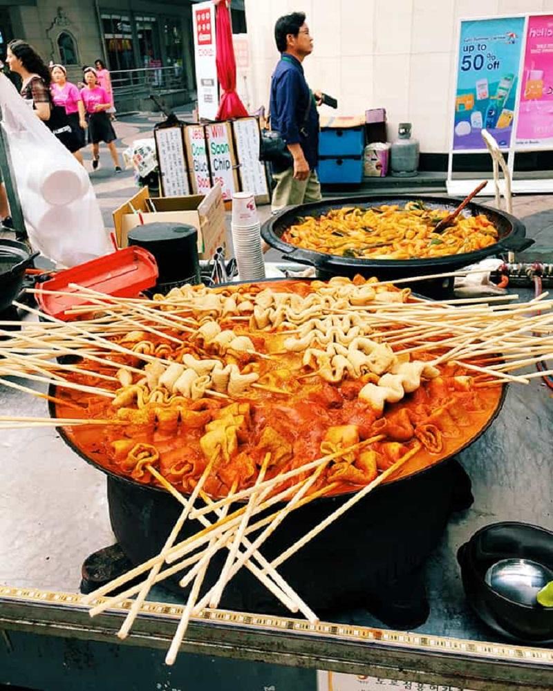 Những xiên chả cá nhúng là món ăn vặt quen thuộc tại Hàn Quốc