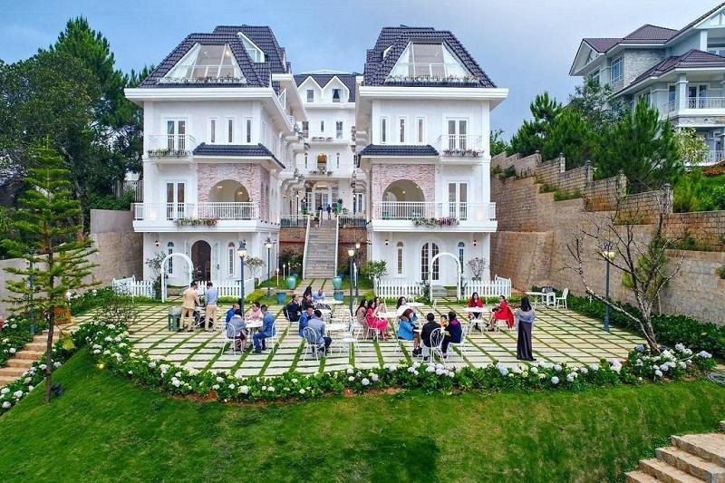 Dalat De Charme Village với màu trắng chủ đạo như một cung điện châu Âu
