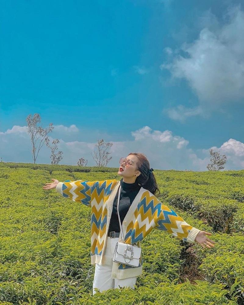 Quần jean ống rộng và áo khoác họa tiết giúp bạn nổi bật hơn giữa khung cảnh thiên nhiên Đà Lạt.